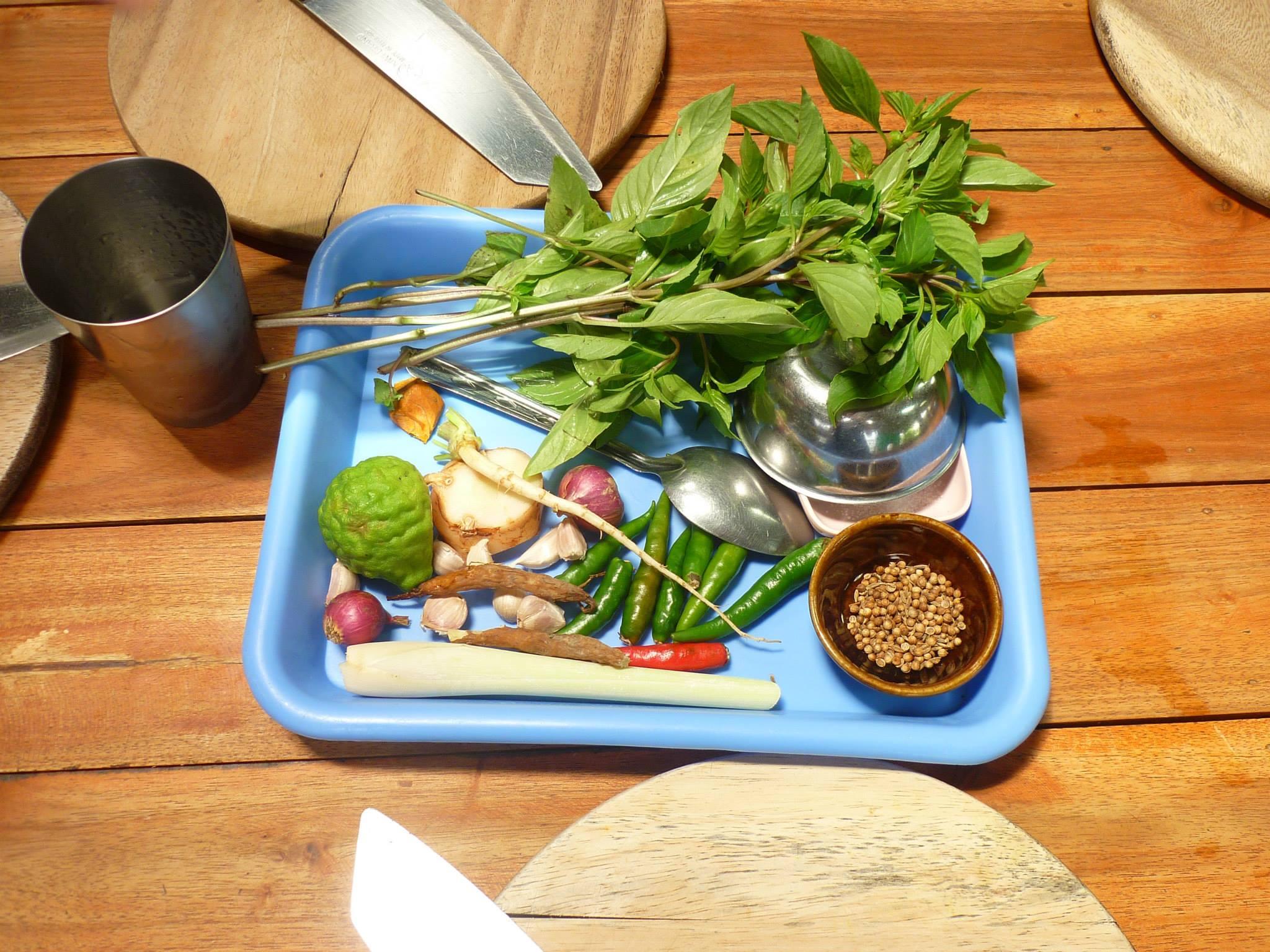 Hierbas frescas para preparar pasta de curry verde / M. H.